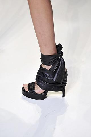 Vera-Wang-Details-spring-fashion-2010-019_runway-1