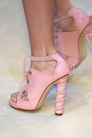 Christopher-Kane-Details-spring-fashion-2010-042_runway