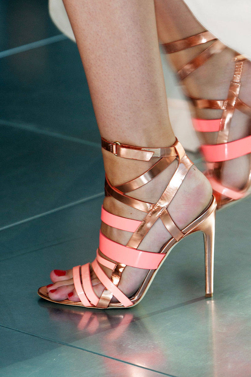 https://rawshoes.files.wordpress.com/2013/09/elle-antonio-berardi-spring-2014-rtw-002-de-72786230-xln.jpg